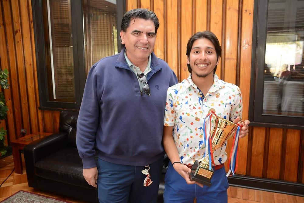 Marcelo Cristi Presidente de la Rama de P&P Estadio Español entregando el Trofeo como Campeón a Joaquin Cataldo