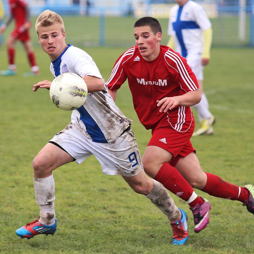 estudiantes internacionales jugando futbol