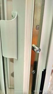 роликовая защёлка на дверь, магнитнаяБалконная защёлка, усановка балконной защёлки, сломалась защёлка на двери, ка заменить защёлку, как поставить обратную ручку на пластиковую дверь, ручка тянучка, сломалась ручка, установить ручку обратную на балконную дверь, балконная дверь, ремонт балконной дверизащёлка на балконную дверь,