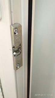 роликовая защёлка на дверь, магнитнаяБалконная защёлка, усановка балконной защёлки, сломалась защёлка на двери, ка заменить защёлку, как поставить обратную ручку на пластиковую дверь, ручка тянучка, сломалась ручка, установить ручку обратную на балконную дверь, балконная дверь, ремонт балконной дверизащёлка на балконную дверь
