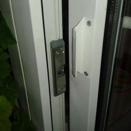 Защёлка с ручкой на балконную дверь