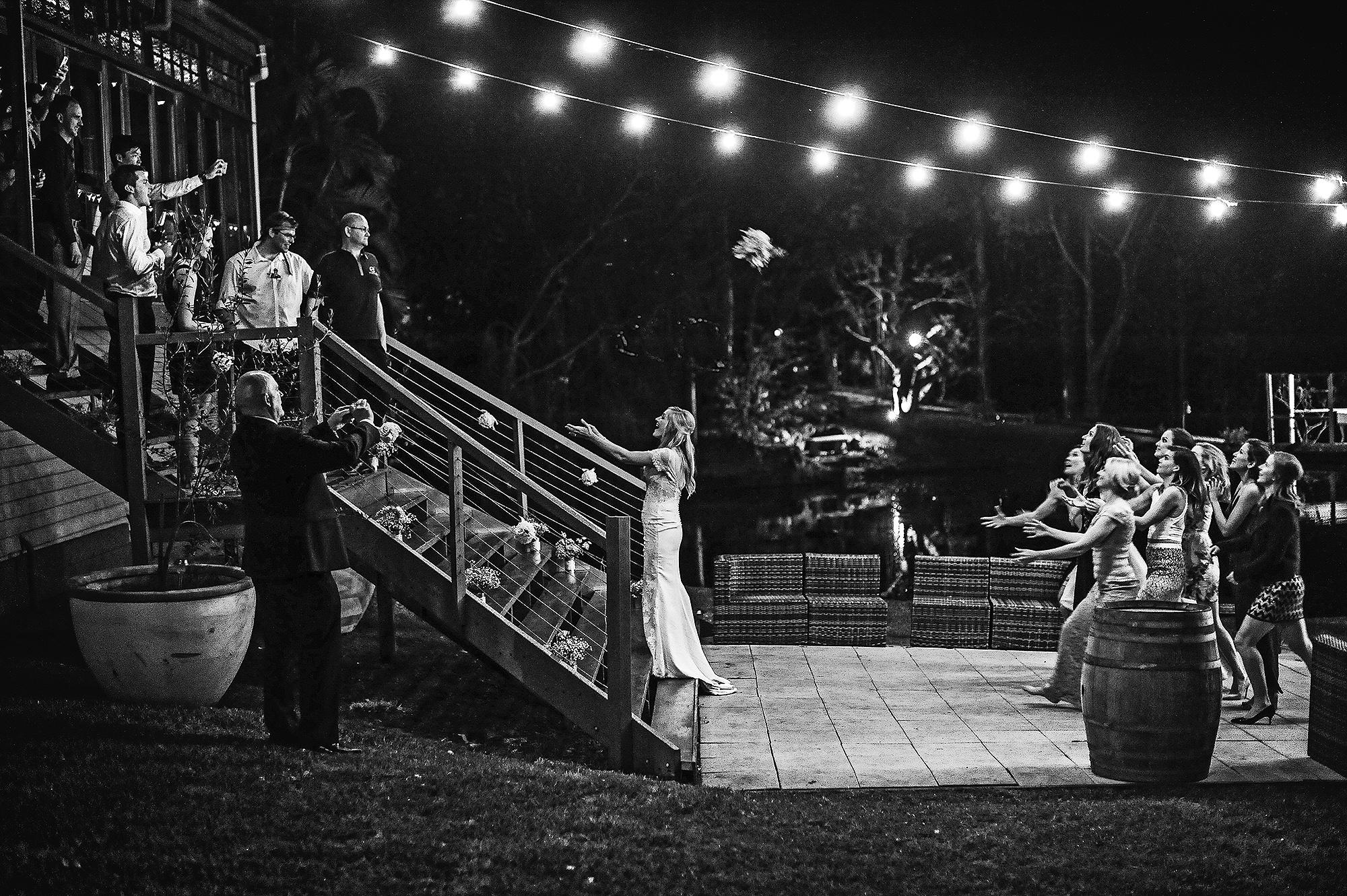 jaunoji vestuves uzsienyje puokstes metimas bride wedding
