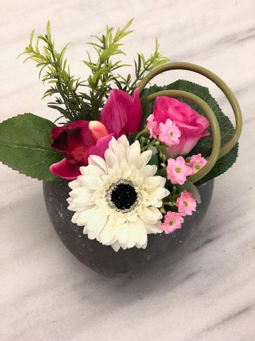 Model D rouwstuk met kunstbloemen