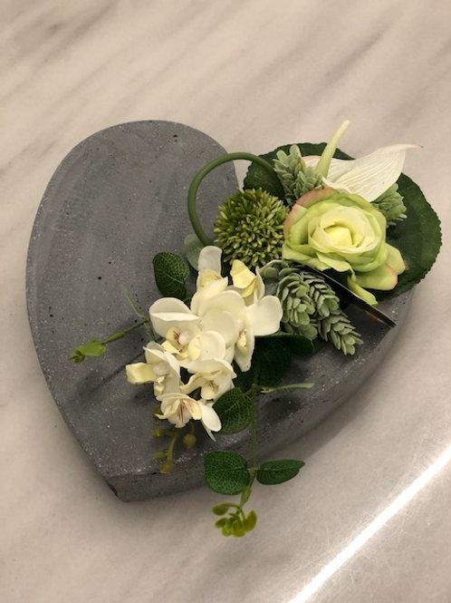 Model L rouwstuk met kunstbloemen