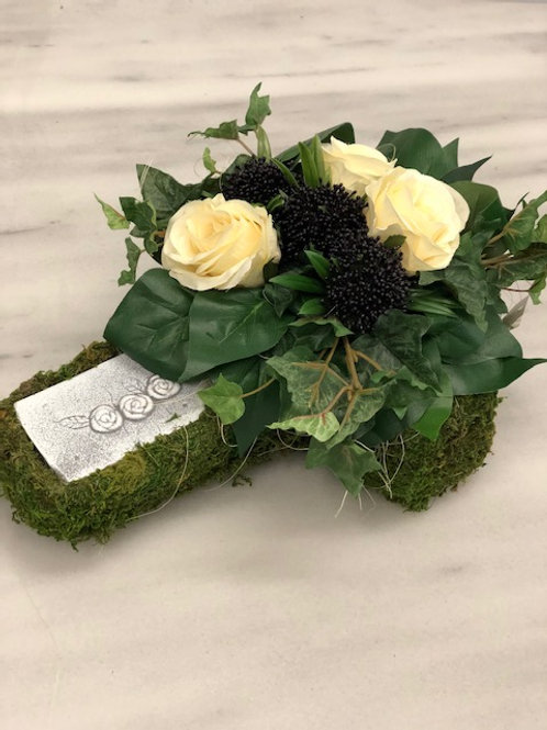 Model K rouwstuk met kunstbloemen