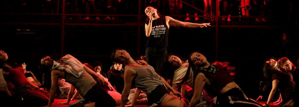 "Paula Zúñiga with citizens chorus and dancers. ""Kicking stones"". Photo by Nicole Marín."