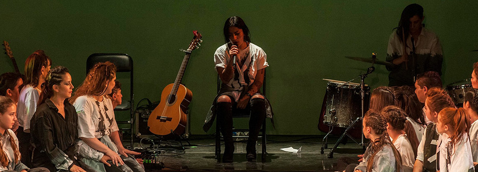 """Ana Tijoux with citizens chorus. """"The letter"""". Photo by Nicole Marín."""