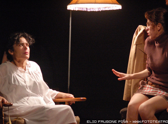 Carmina Riego and Nona Fernández. Medusa. Photo by Elio Frugone.