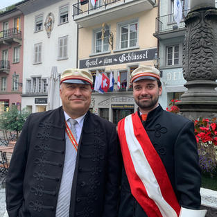 """Altherrenpräsident Reinhard Obermüller (links) und Nicola Fürer (Präsident der Aktiven) vor dem Luzerner Zofingerhaus """"Schlüssel"""" am Franziskanerplatz."""