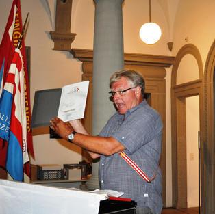 Peter Binder präsentiert die von ihm mit viel Herzblut redigierte Jubiläums-Festschrift 200 Jahre Zofingia Luzern.