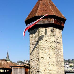 Der Luzerner Wasserturm an Ostern 2020, fast mit Zofinger Farben.