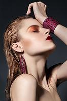 Modell in rosa Schmuck
