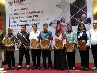 Kepala BPSDM DKI Jakarta menerima Akreditasi A dari LKPP