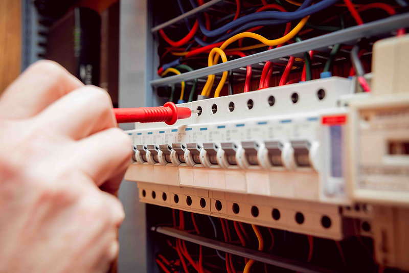 Elektriker bei einer Strommessung