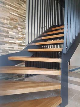Stahltreppe mit Holzstufen