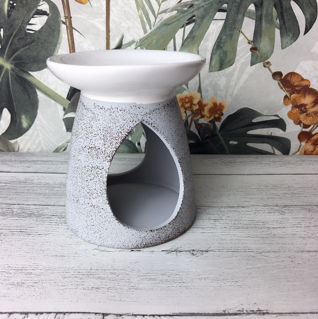 This large ceramic wax melter features a matt grey speckled design, with the bowl dipped in a glossy white coating. A gorgeous decor piece for your home.  Simply place a wax melt cube in the top and a tea light in the bottom to enjoy a clean long lasting fragrance, that fills a large room in minutes!  To change the wax melt: Light the tealight for a few seconds, just enough to melt the wax away from the edges. Extinguish the tea light and slide the old wax melt out, then wipe the melter clean with a tissue, ensuring not to leave any tissue debris in the melter. Pop a new wax melt in the top, re-light your tealight and you're ready to go!