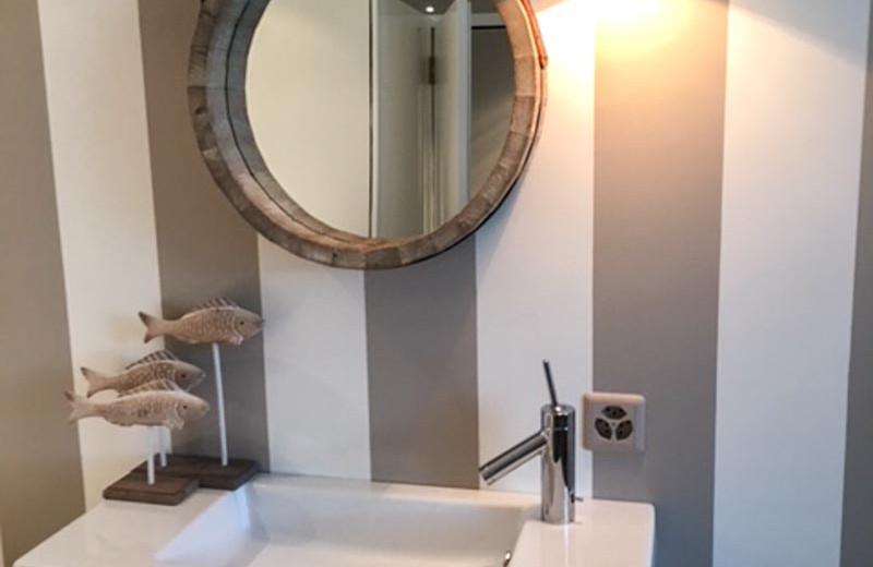 BAdezimmer Waschbecken Neugestaltung mit Wanddekoration.jpg