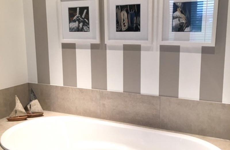 Neugestaltung Badewanne mit grauen Kacheln.jpg