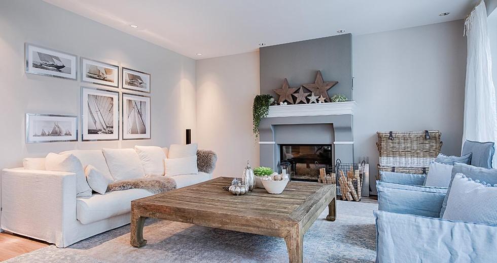 Neugestaltung Wohnzimmer in weiß mit rustikalem Tisch und Kamin.jpg