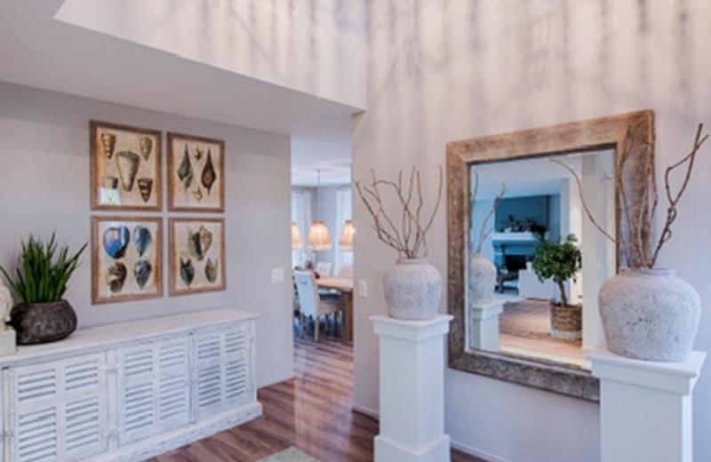 WOhnzimmer mit Hängelampen und Asia Deko Sideboard.jpg