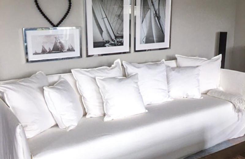 Wohnzimmer Neugestaltung Sofa mit weißen Kissen.jpg