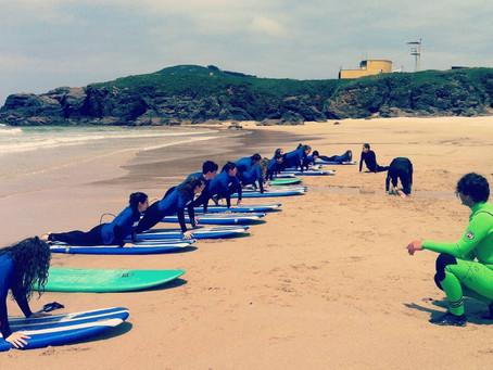 El verano ya está aquí....!!! 🌅 Ven y aprende a surfear con nosotros....🌊🏄 Surfing with Friends😎