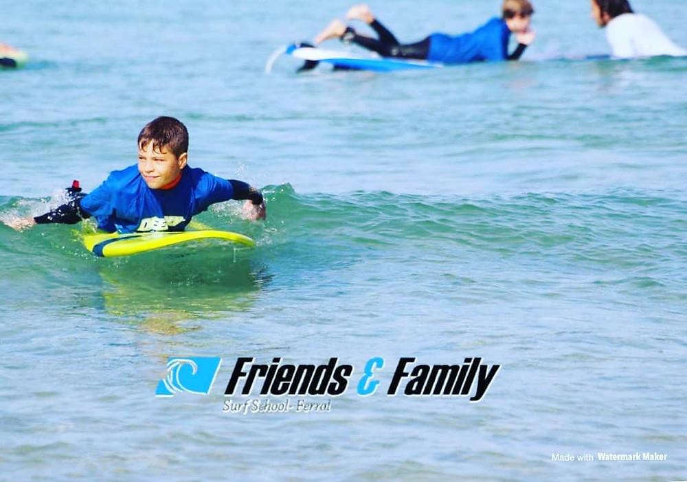 ¿Quieres aprender a surfear y divertirte este verano?