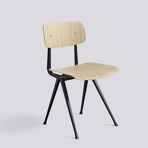 Chaise d'école HAY Result Structure en métal noir, assise et dossier chêne mat ge
