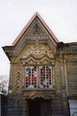 Стена с витражными окнами.