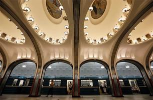 Вид с мозаиками и поезд.