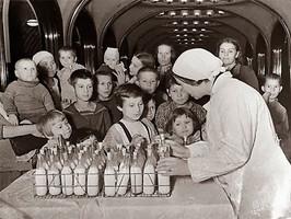 Раздача молока детям на станции Маяковская.