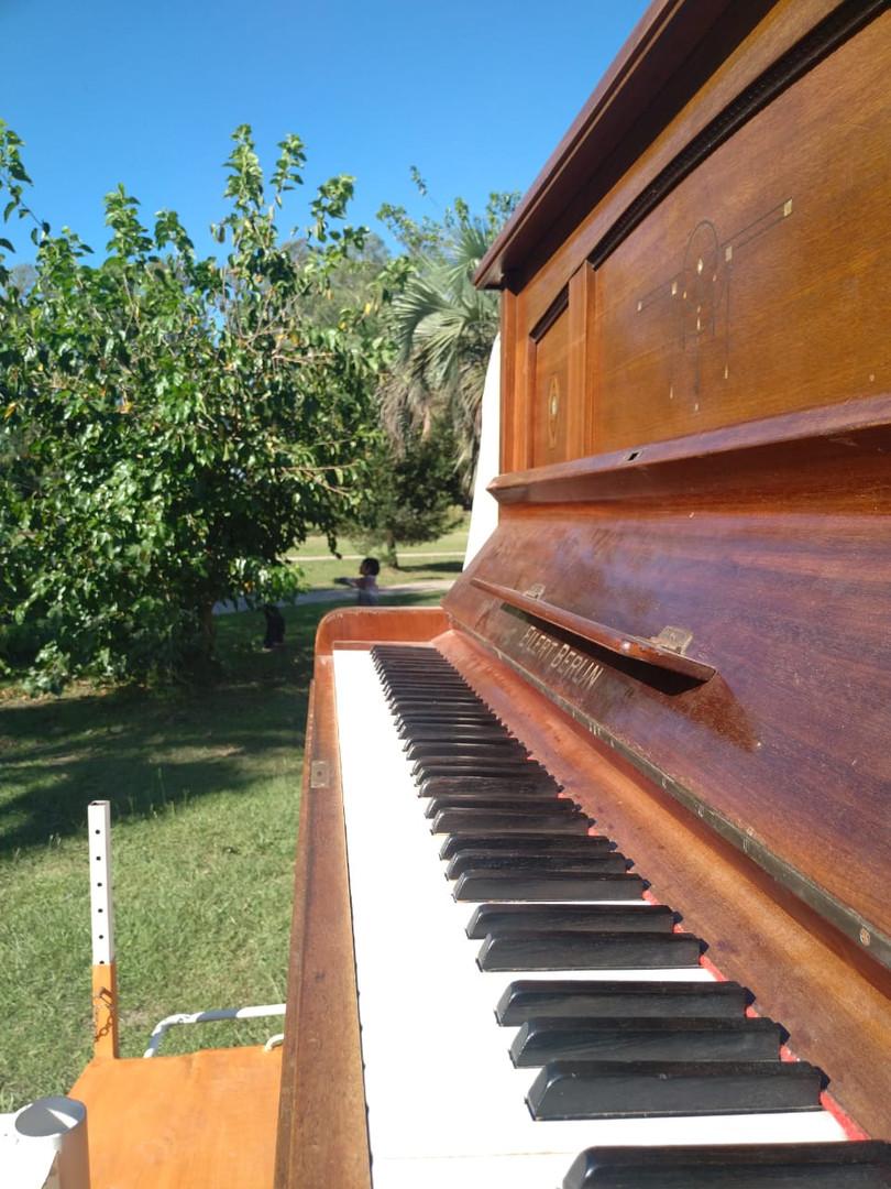 El piano radiante en la plaza del Dorado
