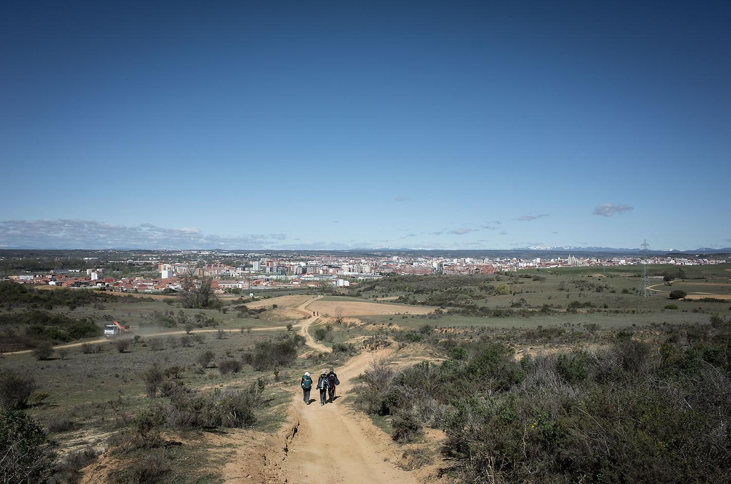 Pilgrims descending the route into León.