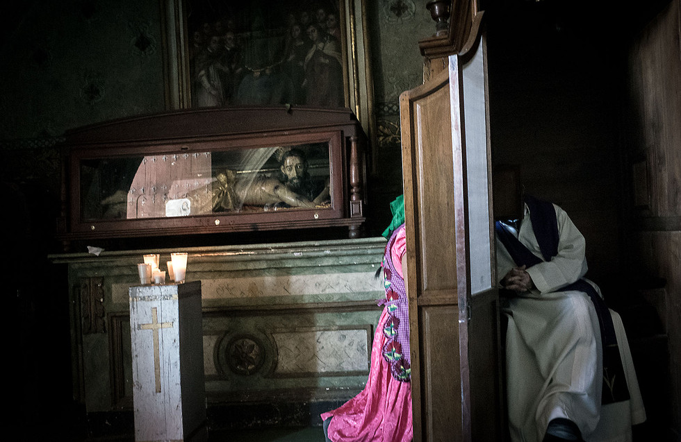 Sunday confession at La Asunción de Nuestra Señora church in Tlacolupa de Matamoros.
