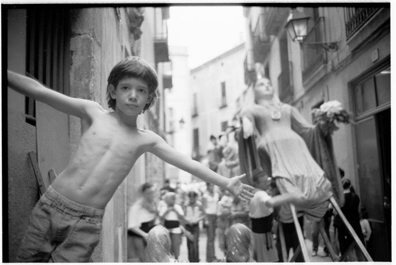 Boy & Giant Barcelona - by David Pea