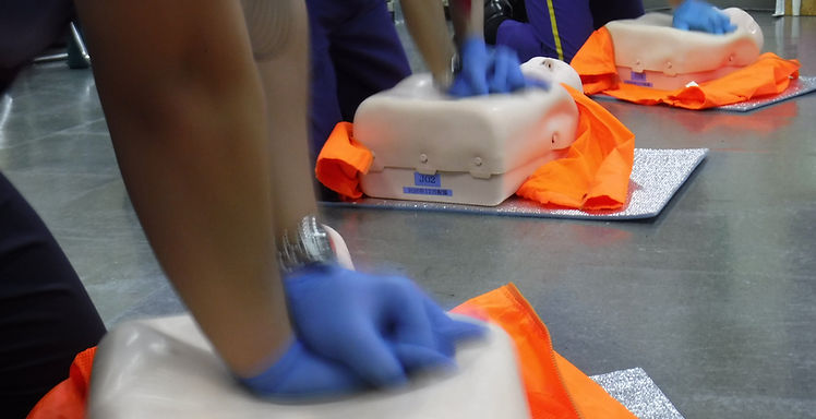 愛知県名古屋市を中心に、 特に病院前救護・救急車到着前救護の領域で活動できる救助者を育成するため、アメリカ心臓協会AHA公式コース(BLSプロバイダー、ハートセイバーCPR AED、ハートセイバーファーストエイド、ハートセイバー血液媒介病原体、PEARSプロバイダー、ACLSプロバイダー)をはじめとし、各種救急関係講習を展開しています。市民から看護師等の医療従事者まで幅広いトレーニングを展開する中で、特に傷病者対応に関し職務上の責任がある職種(警備員、介護職、保育士など)のトレーニングを得意としています。