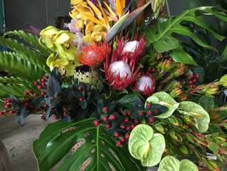 トロピカルな花をたっぷりと使ったスタンド