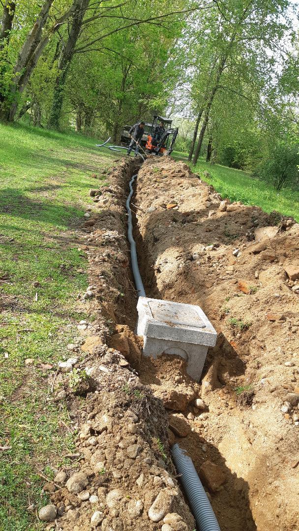 Scavi per posizionamento tubo che conterrà collegamenti energetici