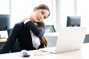 mulher-asiatica-bonita-do-escritorio-que
