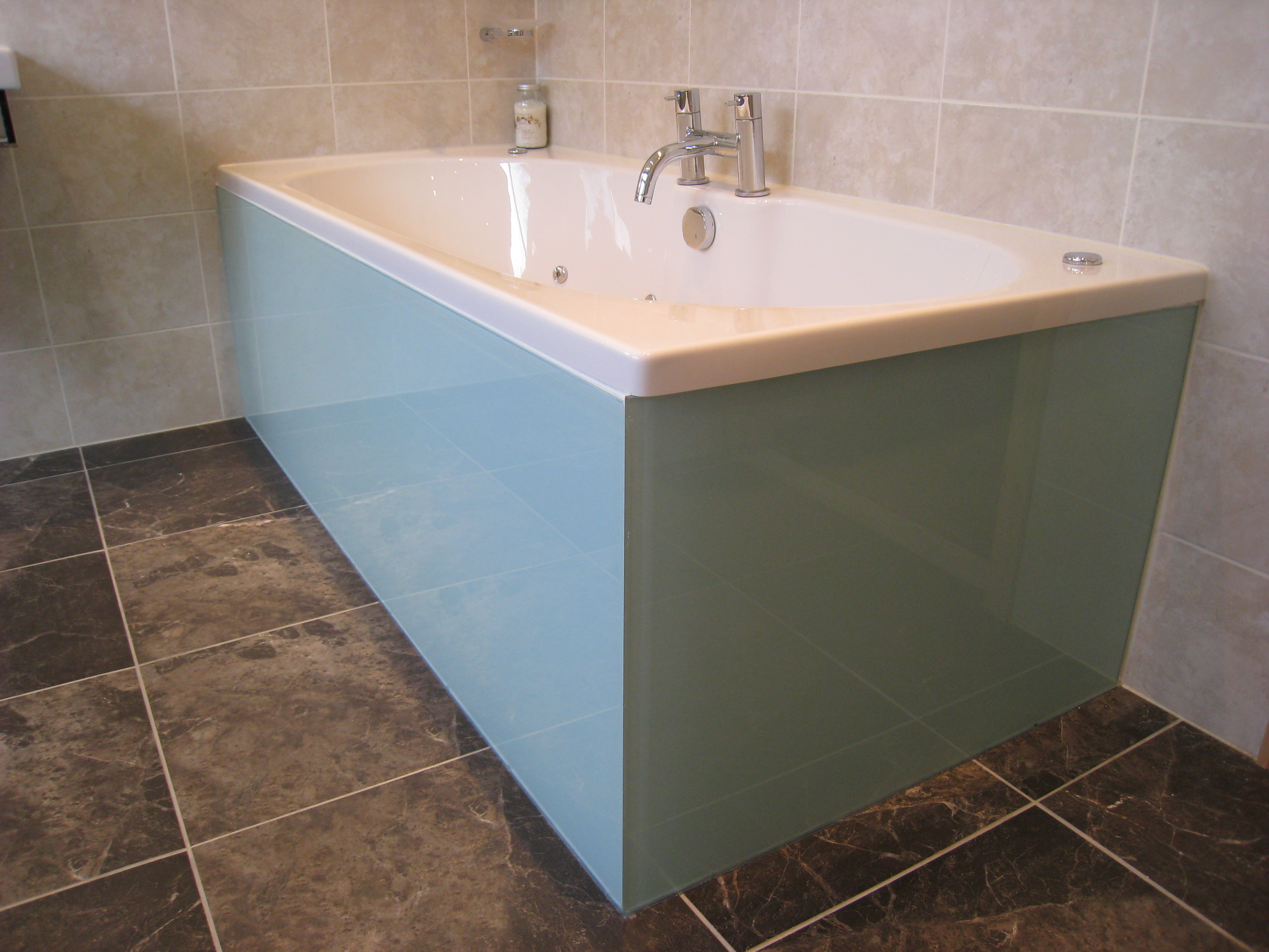 Double ended whirlpool bath