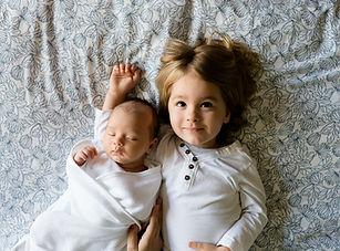 Ein Kleinkind und ein Baby