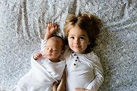 Un enfant en bas âge et un bébé