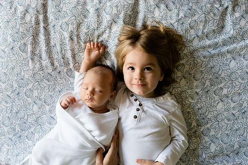 Uma criança e um bebê