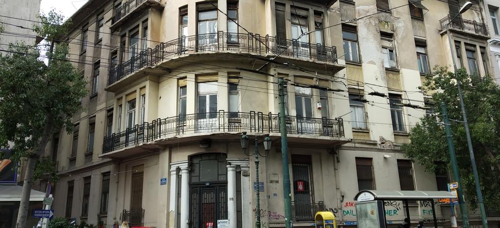 Μελέτη στατικής επάρκειας σε 4-όροφο διατηρητέο κτίριο με υπόγειο στο κέντρο της Αθήνας. Ο φέρων οργανισμός του κτιρίου είναι πλαισιακή κατασκευή οπλισμένου σκυροδέματος και φέρουσα τοιχοποιία (λιθοδομή). Η μέθοδος ανάλυσης που χρησιμοποιήθηκε είναι η ελαστική ανάλυση χρονοϊστορίας.