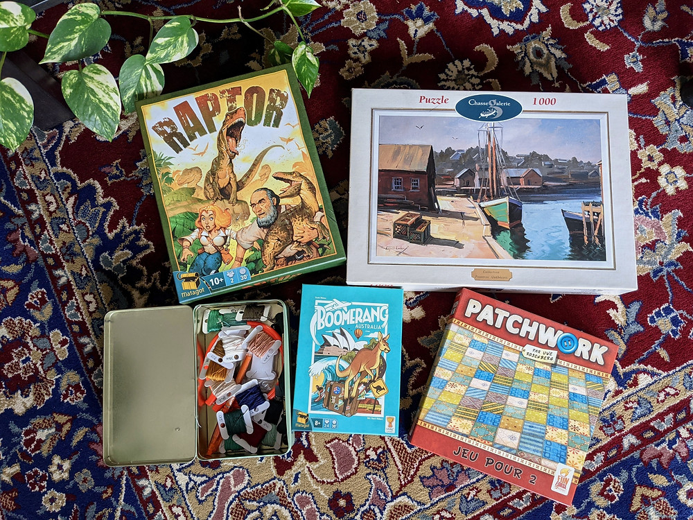 jeux de société étalés sur un tapis persan
