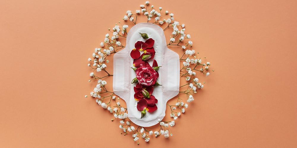 serviette jetable avec des fleurs
