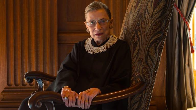 Ruth Bader Ginsburg assise dans un fauteuil documentaire rbg netflix
