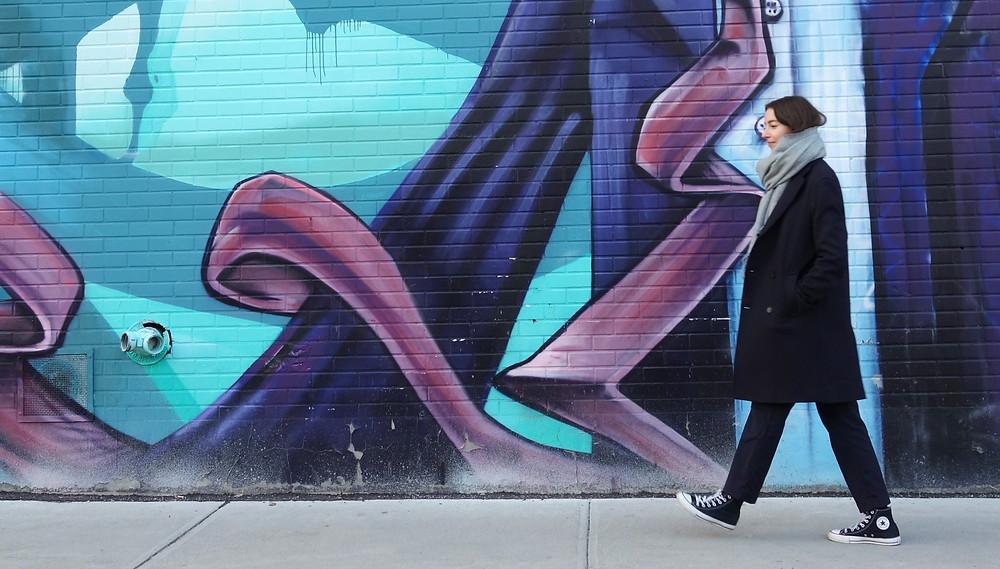 femme en manteau marche dans rue Montréal