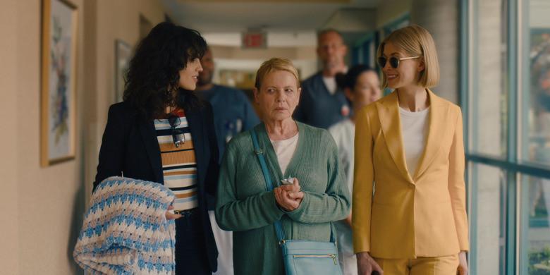 scène film i care a lot dans la maison de retraite