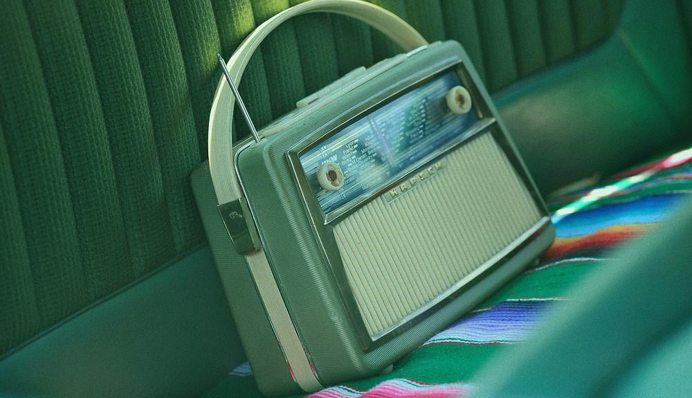 radio vintage sur banquette voiture
